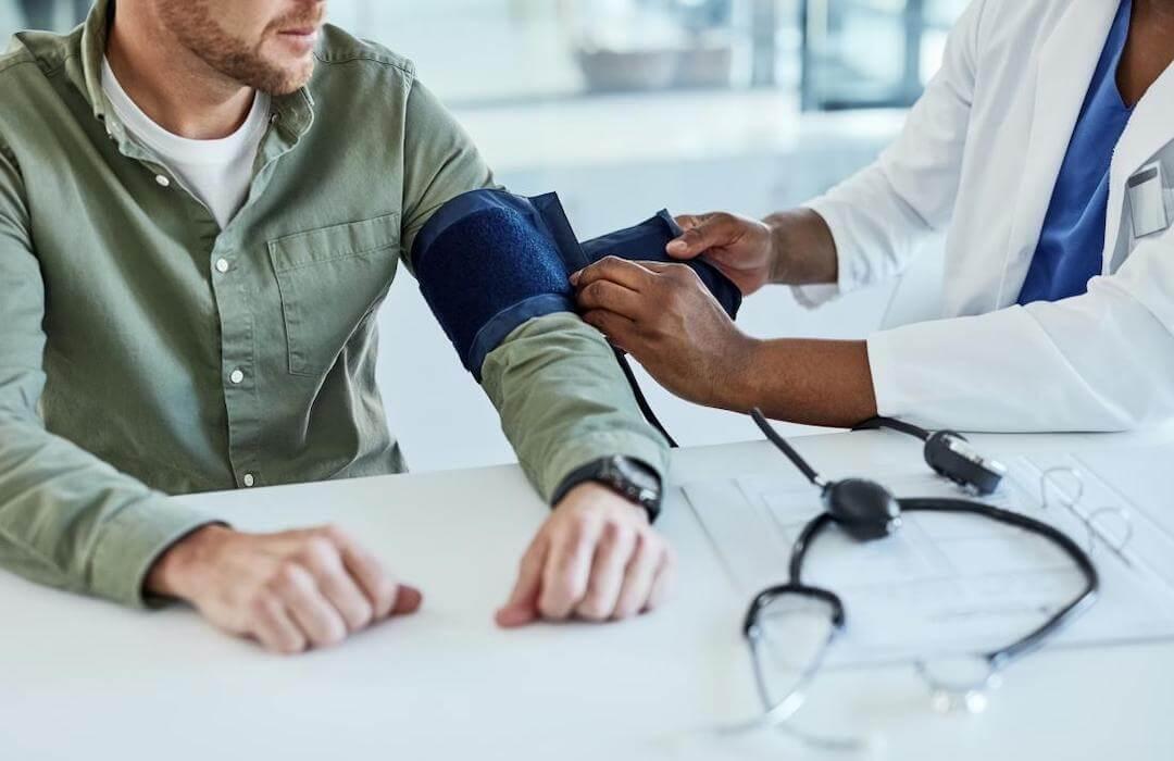 magas vérnyomás jobb és bal nyomás magas vérnyomás 30 éves férfi